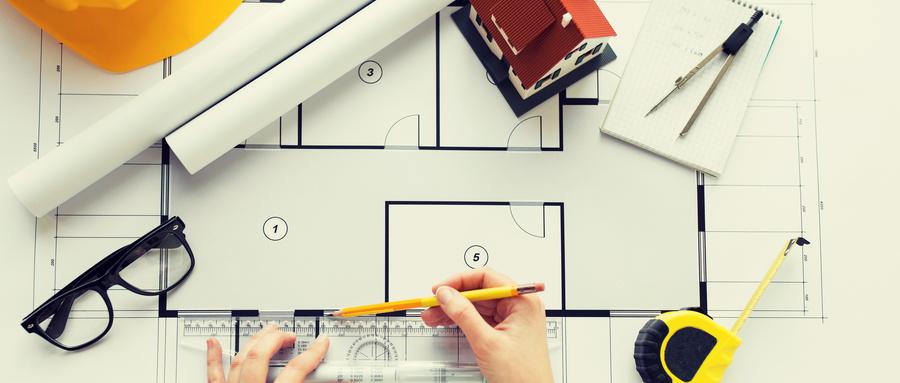 摄图网_300420702_wx_商业建筑建筑建筑人的用尺子铅笔测量客厅蓝图密切建筑师的手用尺子测量蓝图双手(非企业商用).jpg